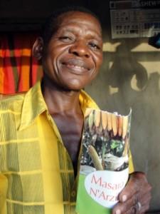 Dery Torwel with Masara N'arziki pamphlet